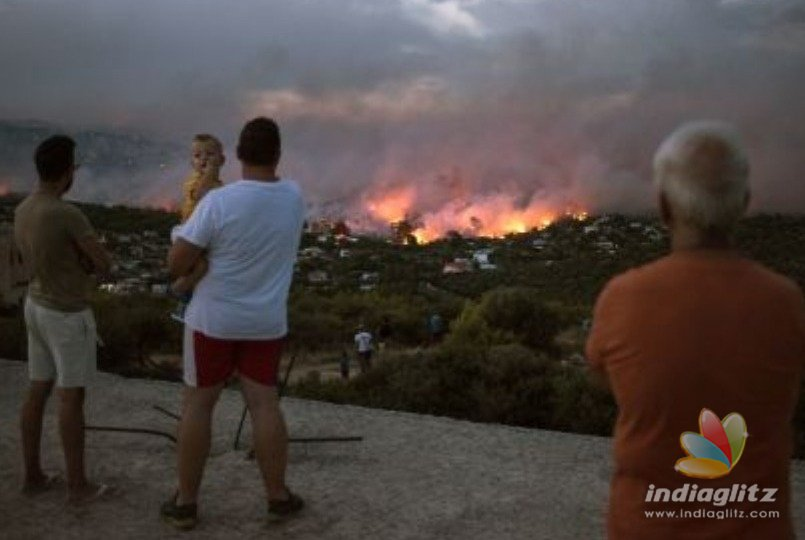 Greece: Major forest fires rage near Athens as homeowners flee